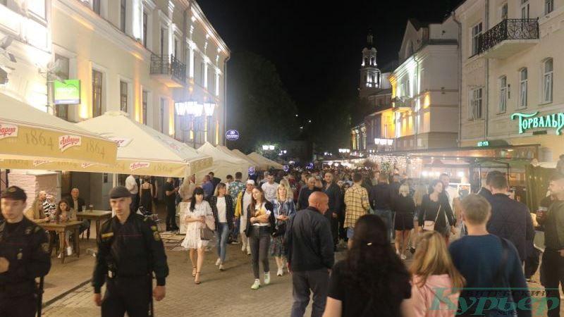 Гуляния на улице Толстого