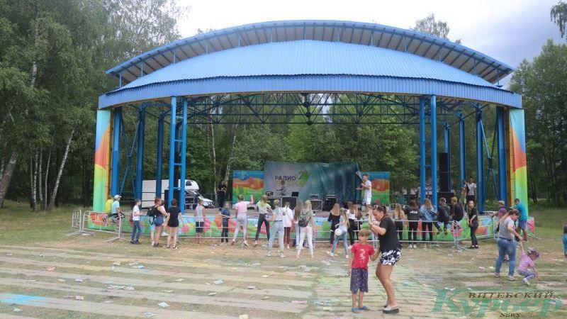 Танцы на фестивале красок