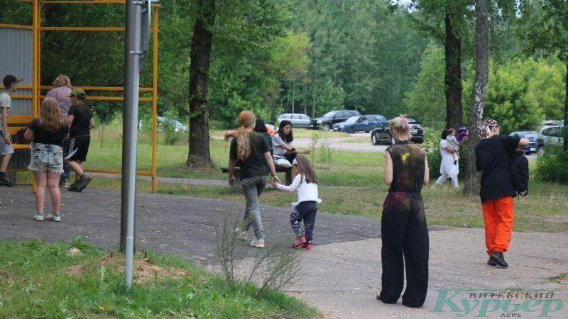 Посетители парка спешат в город