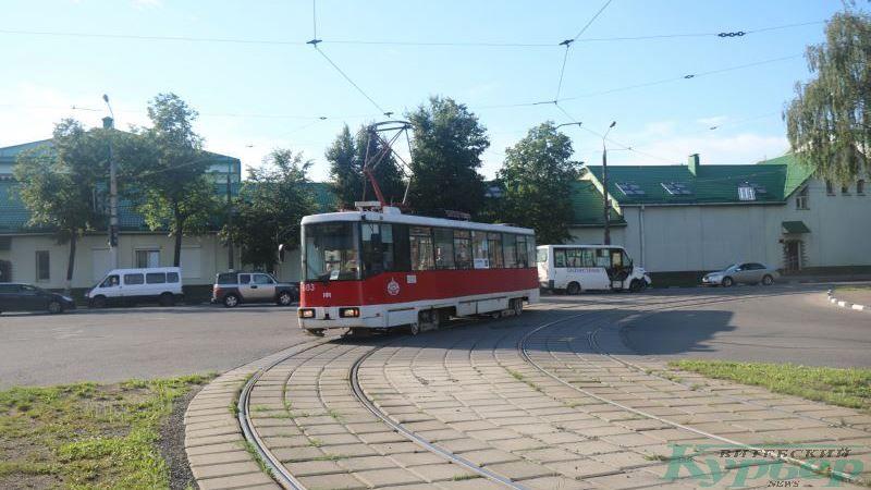Трамвай поворачивает с улицы Гагарина