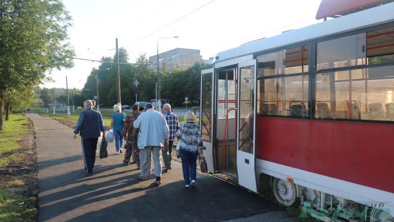 Пассажиры выходят из трамвая в Журжево