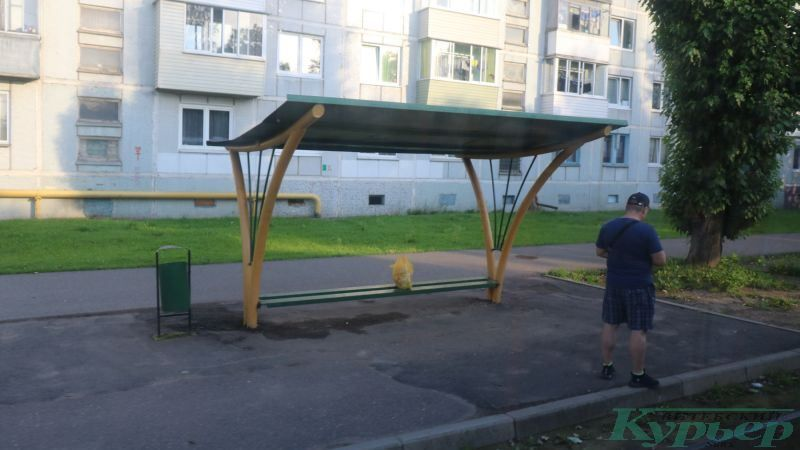 Остановка трамвая на улице Варейкиса