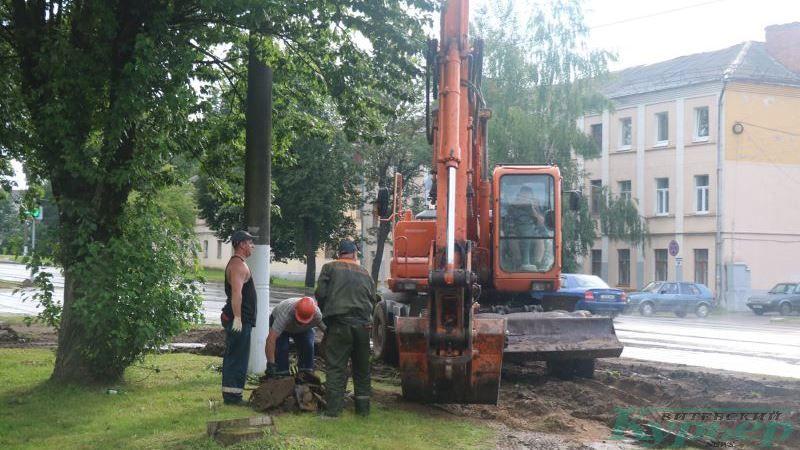 Рабочие грузят металлолом в ковш