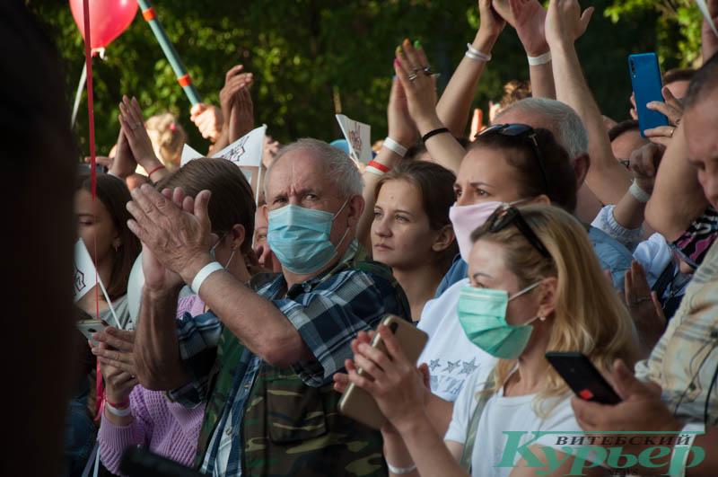 люди в масках на митинге тихановской