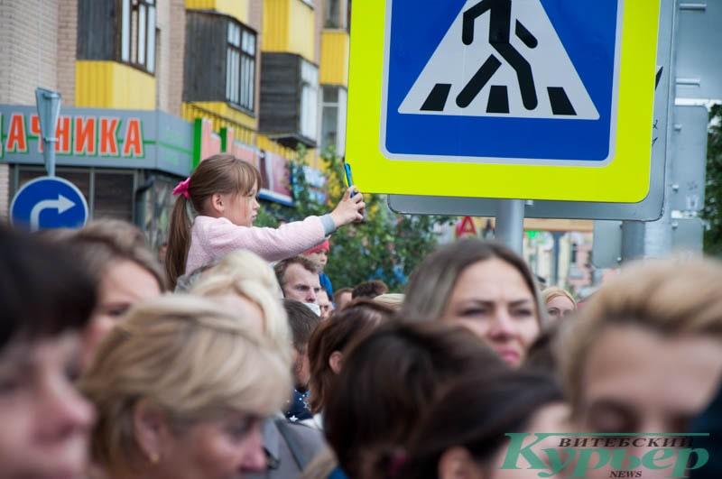 девочка со смартфоном в толпе