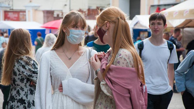 девушки в масках на славянском базаре