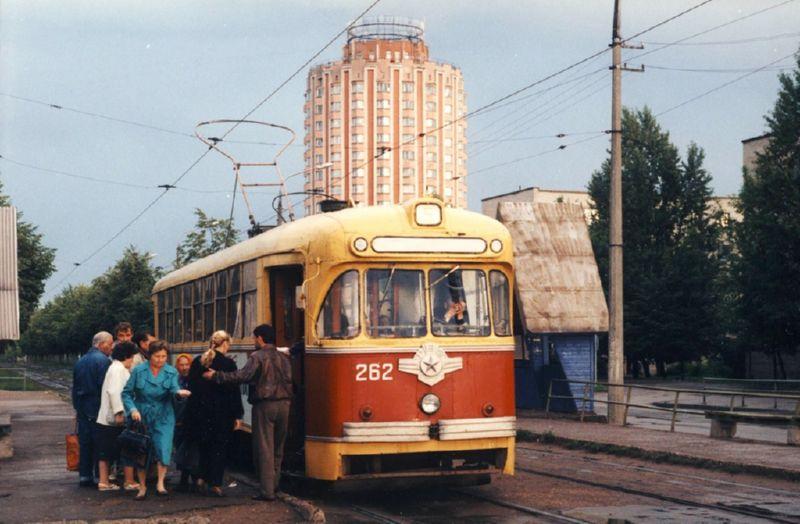 1990-е годы. Трамвайная остановка на проспекте Людникова