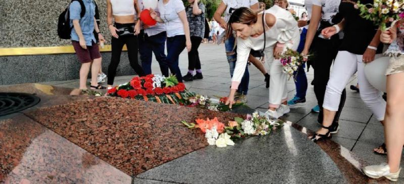 Возложение цветов Александру Тарайковскому