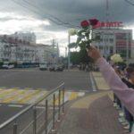 Как люди с цветами мирно прошли по площади Свободы в Витебске в знак солидарности с жертвами насилия