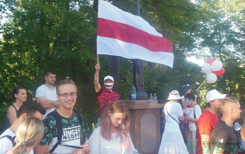 Протестующий в бело-красно-белой маске у облисполкома