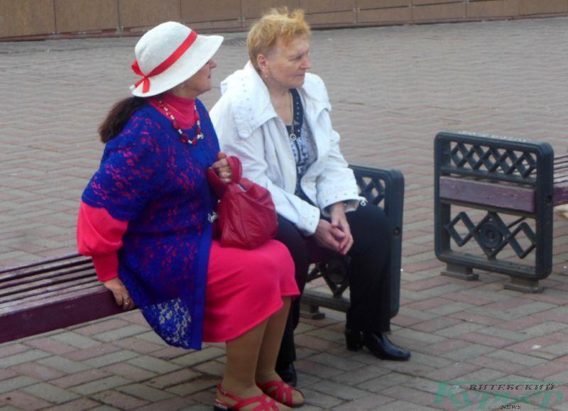 Женщина в бело-красно-белой шляпе