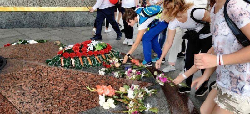 Возложение цветов Александру Тарайковскому-2