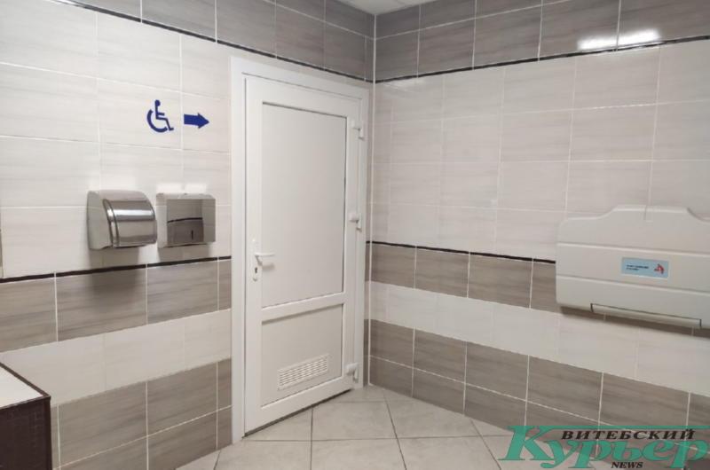 В уборной есть кабинки для инвалидов