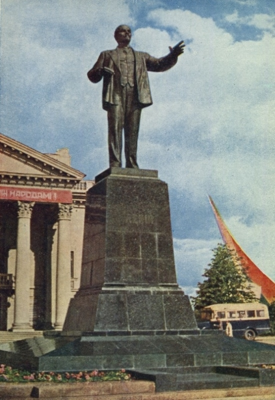 Автобус ГЗА за памятником Ленину