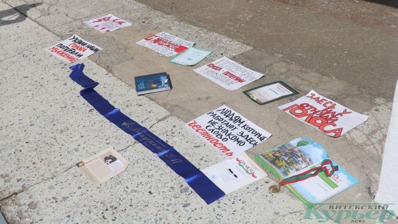 Грамоты, награды и плакаты на крыльце 12-й школы