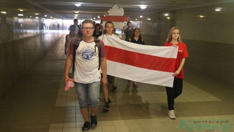 С бело-красно-белым флагом в подземном переходе