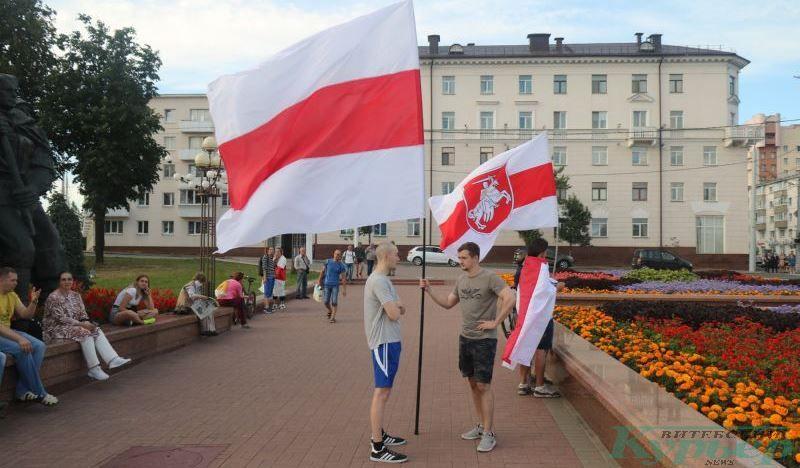 Большие бело-красно-белые флаги