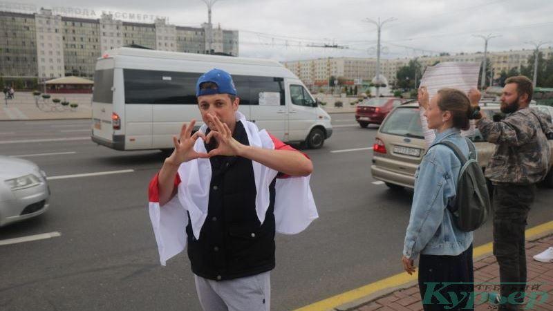 Один из участников акции в поддержку честных учителей
