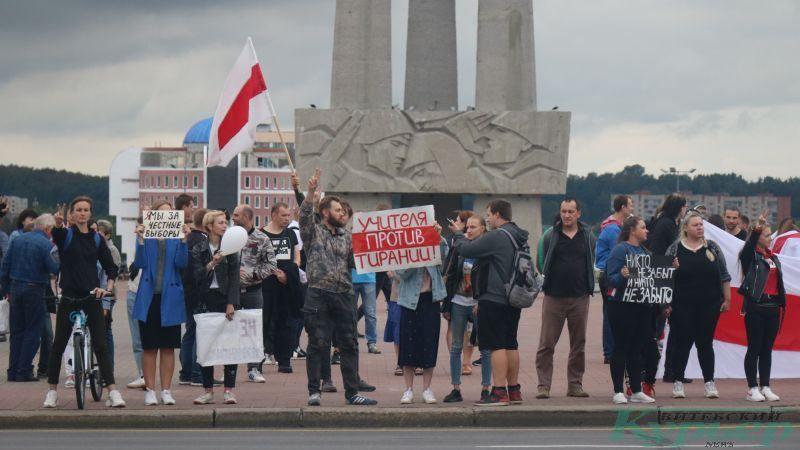 Участники акции у мемориала