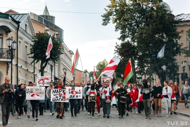 Красно-зеленые и бело-красно-белые флаги