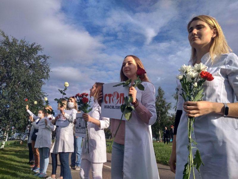девушки медики с цветами