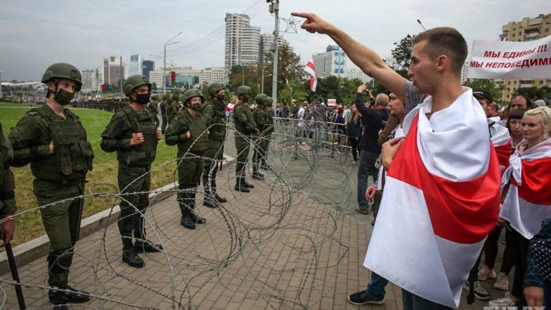 протестующие разговаривают с военными