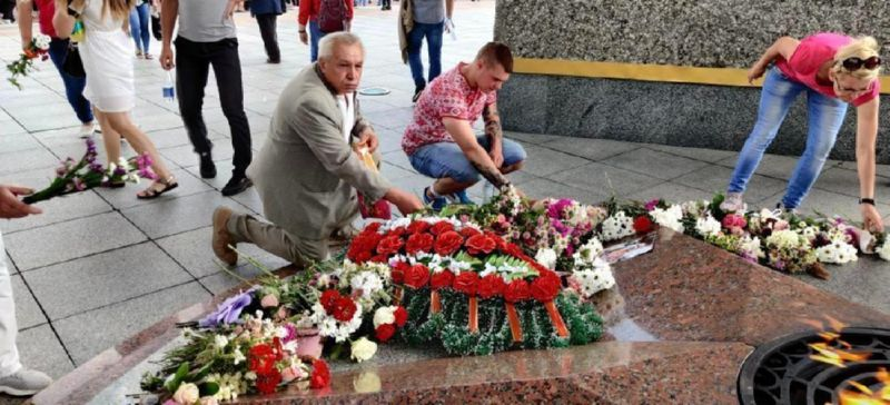 Возложение цветов Александру Тарайковскому-3