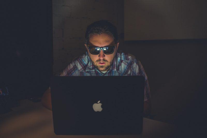 мужчина и ноутбук
