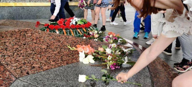 Возложение цветов Александру Тарайковскому-4
