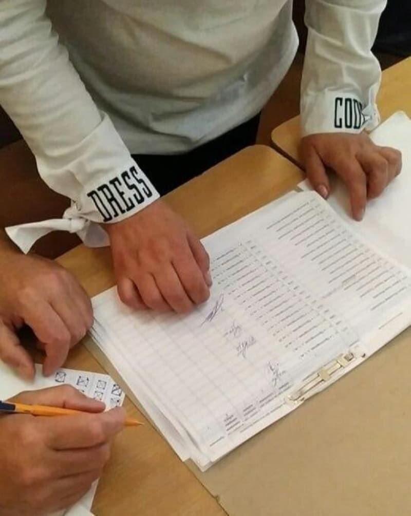 Пенсионерка сфотографировали списки избирателей