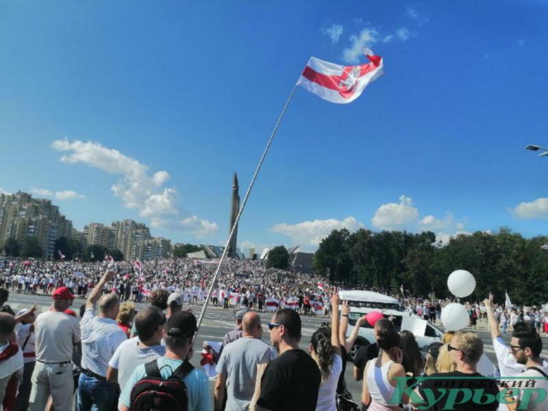 Возле стелы в Минске
