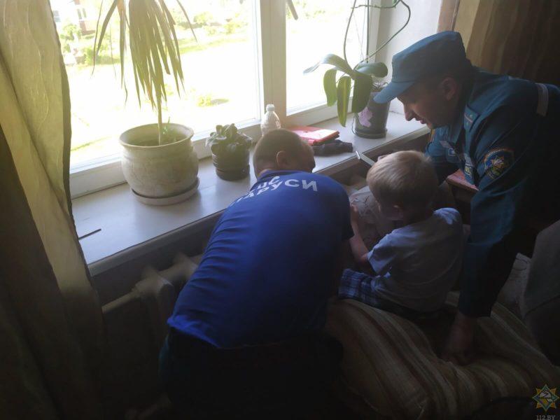 спасатели помогают ребёнку