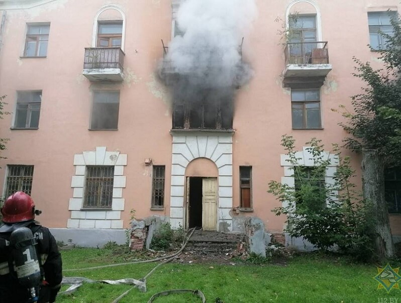 В Витебске горит старый дом