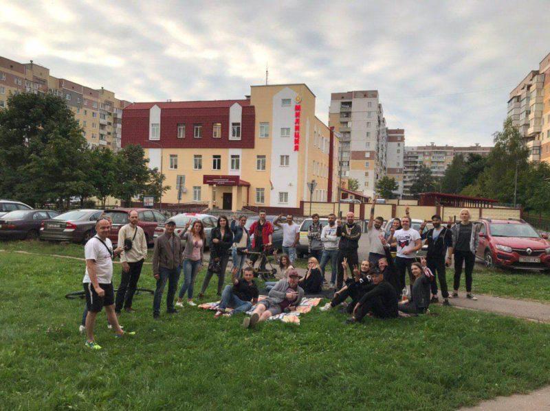 люди ожидают возле Первомайского РОВД