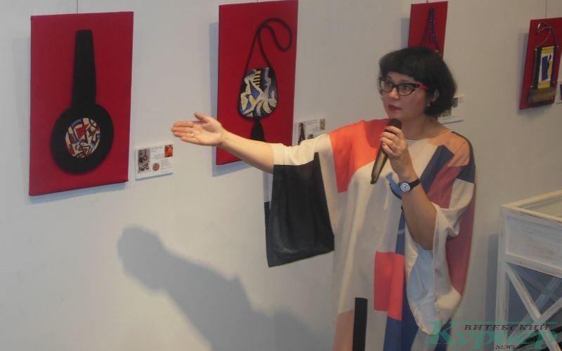Анна Толстикова проводит экскурсию