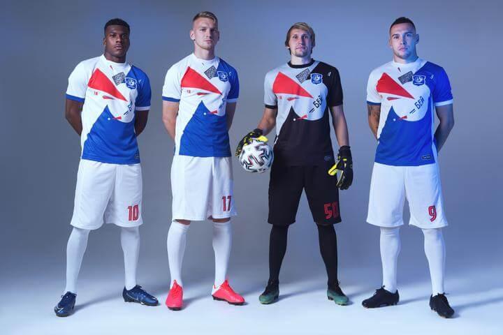 футболисты в новой форме
