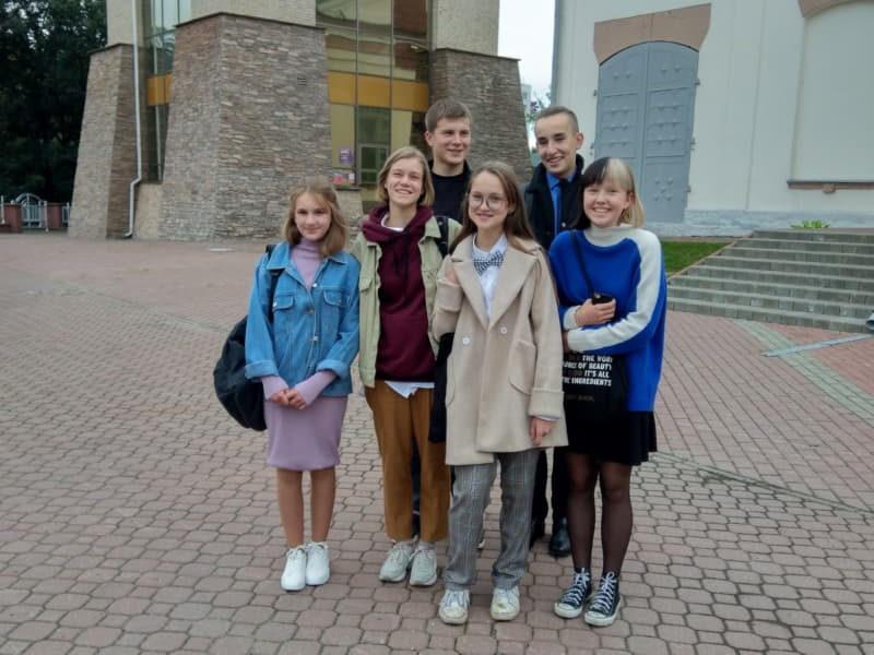 Бывший учитель СШ4 со своими учениками
