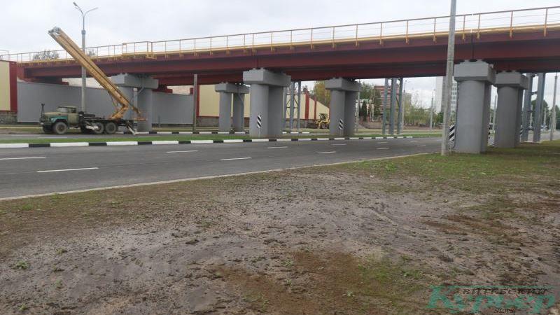 Газоны у железнодорожных мостов