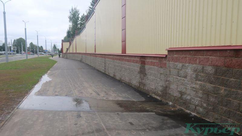 Подтеки воды за мостами у проспекта Строителей