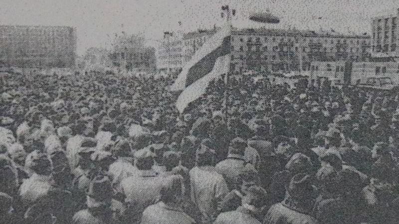 """23 апреля 1991 года. Бастующие рабочие завода """"Монолит"""" на площади Свободы под БЧБ-флагом"""