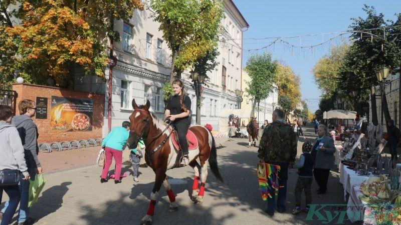 Девушка на коне на улице Суворова