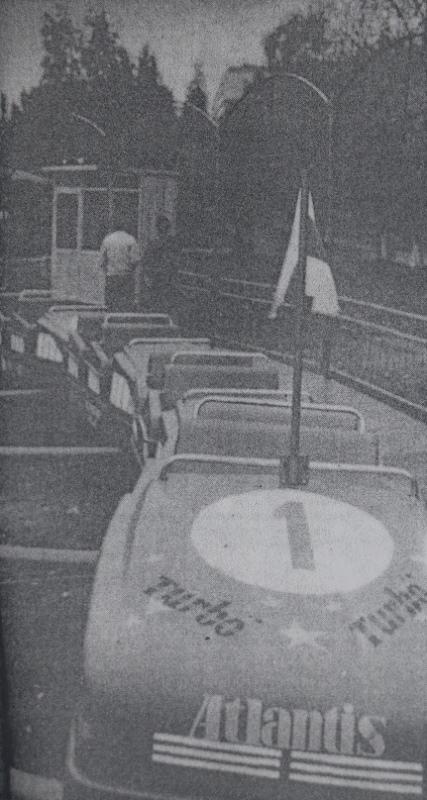 """1992 год. """"Американские горки"""" в парке Мазурино с бело-красно-белым флагом"""