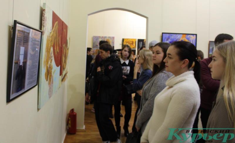 Зрители на выставке Олега Костогрыза