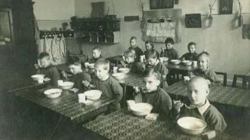 Дети за обедом в детском садике